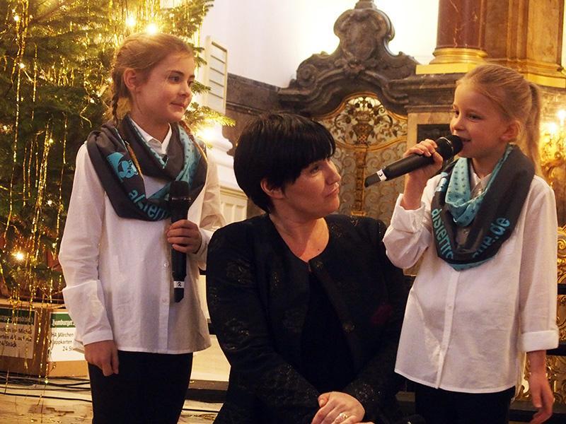 Ladinia,  Sandra Keck und Lilly warten auf den Weihnachtsmann.