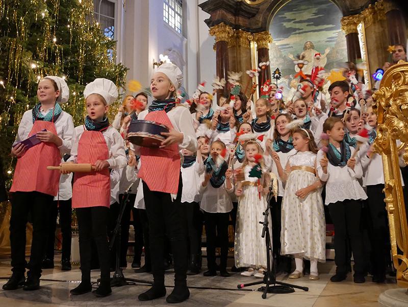 Philipp,  Finja und Jamie backen Weihnachtsplätzchen